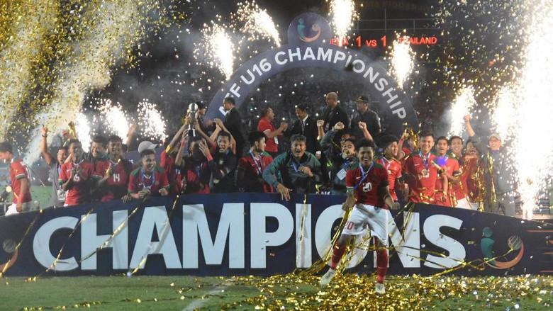 Para pemain dan ofisial timnas U-16 bersuka cita untuk merayakan keberhasilan mereka. Foto: M Risyal Hidayat/Antara Foto