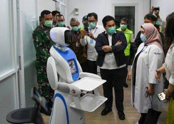 Menteri BUMN Erick Thohir (tengah) berbincang dengan petugas medis saat mengecek kesiapan di salah satu ruang modular di Rumah Sakit Pertamina Jaya, Cempaka Putih, Jakarta, Senin (6/4/2020). Rumah Sakit darurat COVID-19 tersebut berkapasitas sebanyak 160 tempat tidur dalam ruangan dan 65 kamar isolasi bertekanan negatif untuk merawat pasien positif COVID-19 sesuai standar yang ditetapkan oleh Organisasi Kesehatan Dunia atau WHO