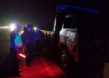 Truk trado colt disel plat BK 8087 TL terbakar di ruas Jalan Tol Medan-Tebing Tinggi, Km 74-200 Jalur Ambon Desa Cempedak Lobang, Kecamatan Sei Rampah Kabupaten Sergai, Sumut, Senin (15/2/2021) malam.(foto: istimewa)