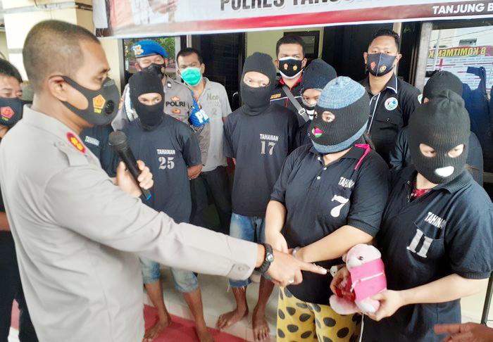 Sekeluarga di Tanjungbalai, Sumut, ditangkap atas kasus sabu. Salah satu barang bukti disimpan di boneka.(foto: istimewa)