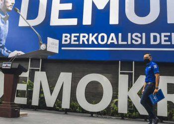 Ketua Umum DPP Partai Demokrat Agus Harimurti Yudhoyono (AHY) berjalan saat akan memberikan keterangan pers di kantor DPP Partai Demokrat , Jakarta, Senin (1/2/2021). AHY menyampaikan adanya upaya pengambilalihan kepemimpinan Partai Demokrat secara paksa, di mana gerakan itu melibatkan pejabat penting pemerintahan, yang secara fungsional berada di dalam lingkaran kekuasaan terdekat dengan Presiden Joko Widodo. ANTARA FOTO/Muhammad Adimaja/wsj.