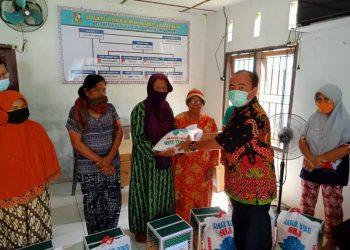 Warga menerima bantuan sembako dari PTPTN III Kebun Silau Dunia. (foto: istimewa)